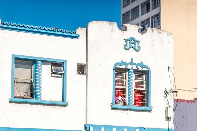 sobrado com diversos detalhes decorativos na fachada - detalhe
