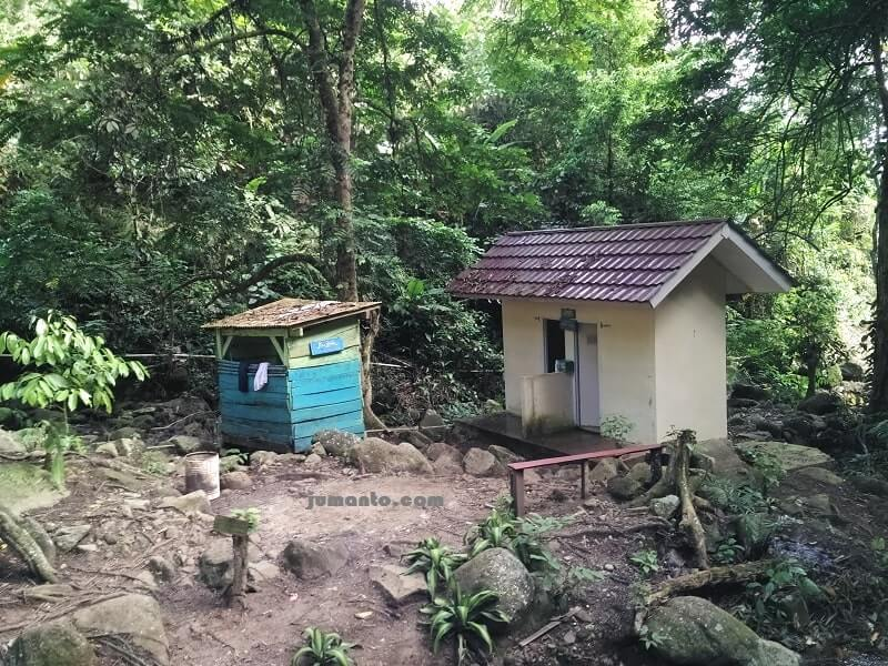 mushola dan toilet air terjun anglo