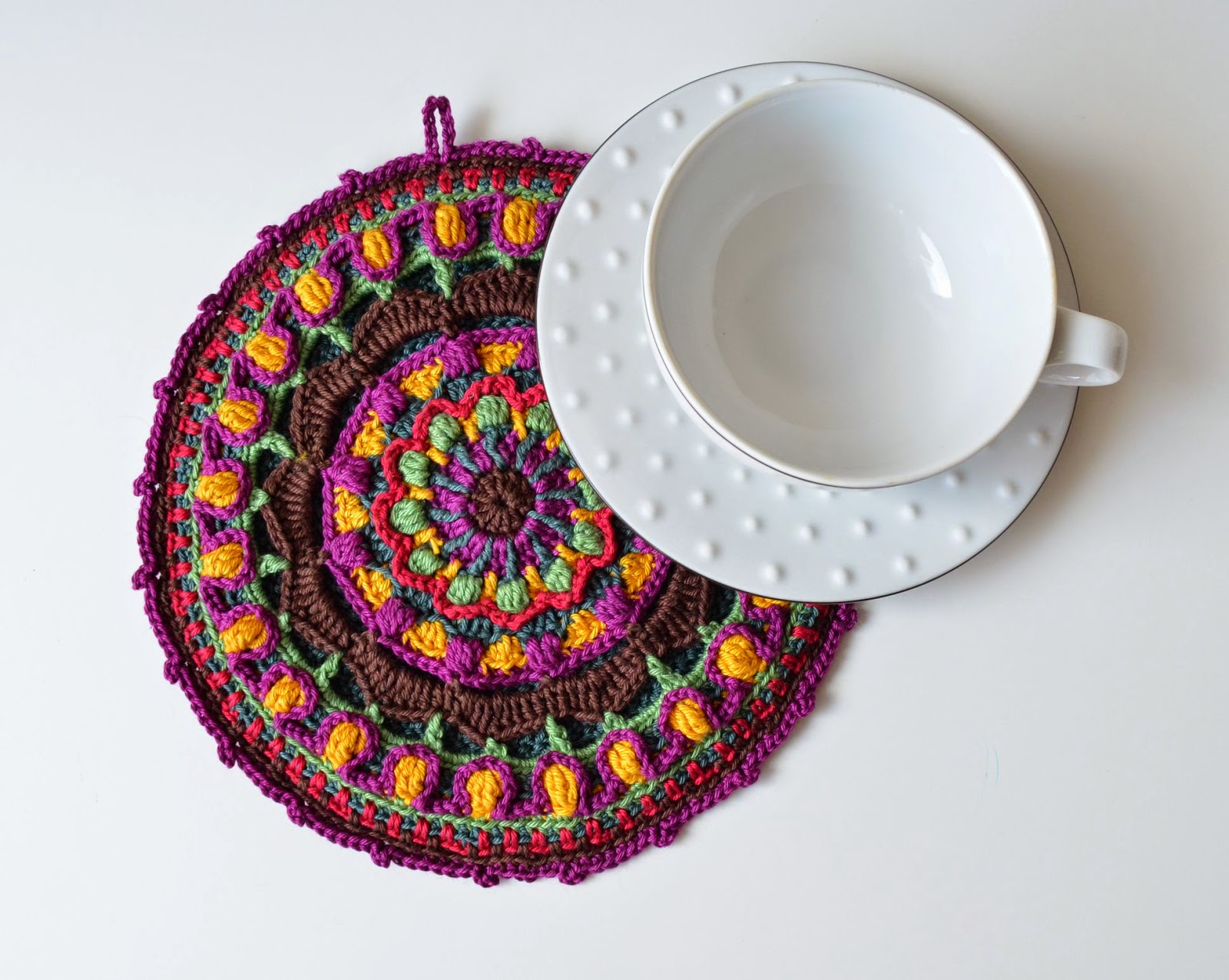Mandala potholder made in overlay crochet