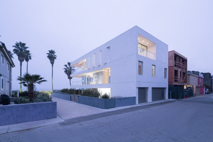 Modern mansion on the beach by Dan Brunn as seen from the street