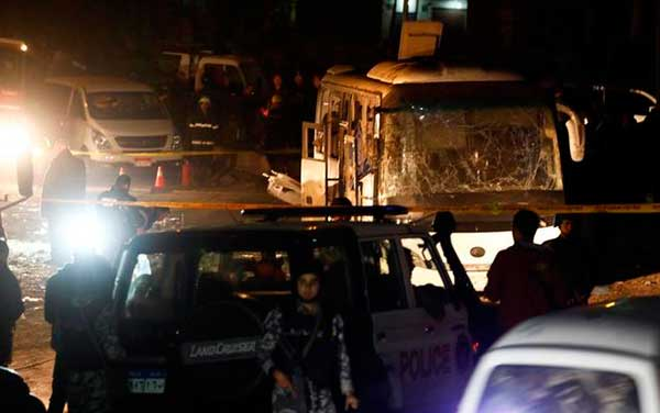 Al menos dos personas muertas por explosión de una bomba cuando viajaban en un autobús por las pirámides de Giza, Egipto