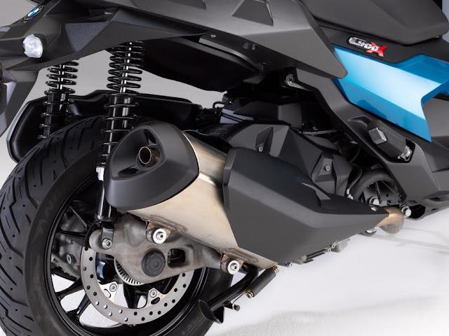 La C400X tiene un nuevo motor de un cilindro de 350 cc que impulsa 34 hp (25 kW) y 26 lb-ft (35 Nm) de torque