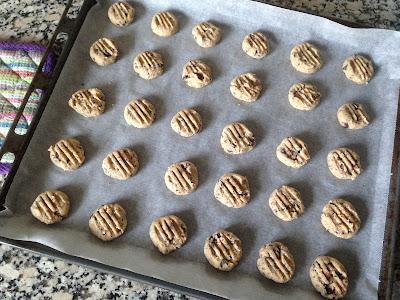 En pladefuld sukkerfrie småkager med chokoade klar til bagning