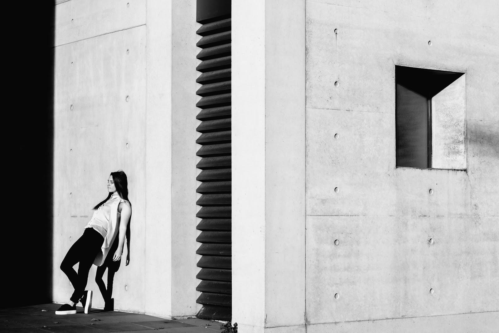 fashion blogueuse, street style, noir et blanc ligne et lumière en photographie basket pull and bear