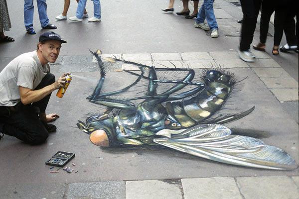 Ölmüş bir sineğin kaldırım sanatı resmi