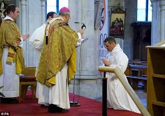 Từ bỏ cuộc sống giàu sang, cựu ngôi sao Manchester United chính thức trở thành… linh mục