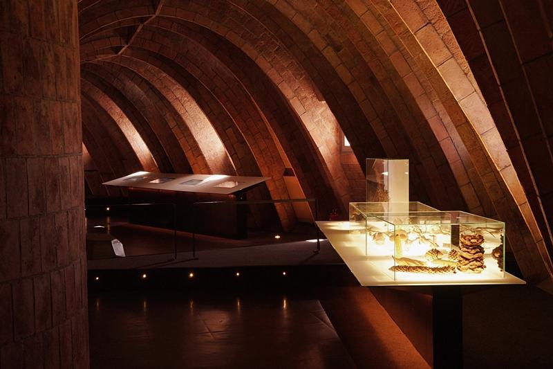 Dachboden/ Speicher Ausstellung Casa Mila La Pedrera Barcelona. 4 Tipps in Barcelona für Kunst- und Architekturliebhaber. Reisetipps: Modernisme Jugendstil Gaudi, Architektur, Kunst und Design in Barcelona. Tasteboykott Blog.