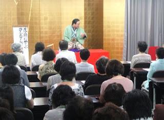 講演会講師・三遊亭楽春のコミュニケーション講演会の風景(女性部で講演)