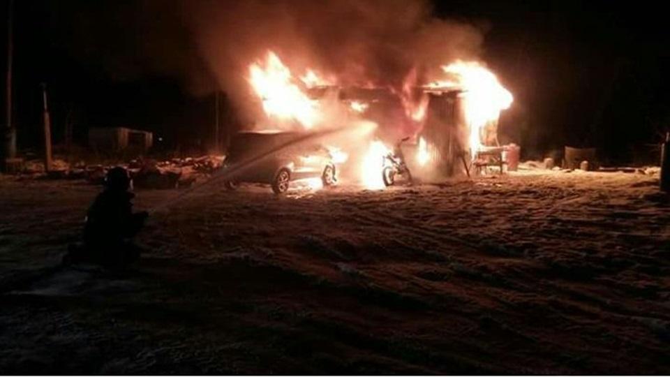 Incendio de vivienda, auto y moto
