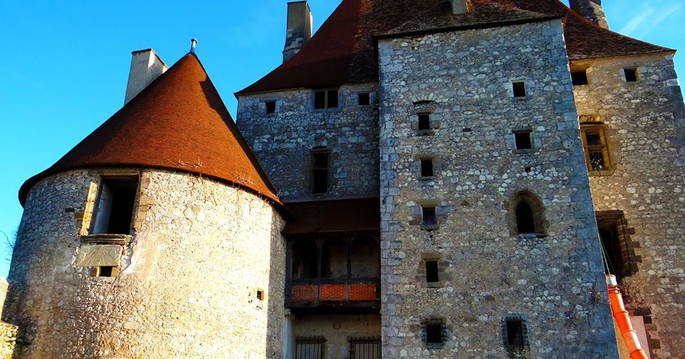 Chateau En Restauration Dans Le Boubonnais