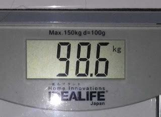 nyaris tiga digit berat badan