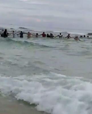 Около 80 человек на пляже в штате Флориде создали живую цепь, чтобы спасти унесенных сильных течением людей.