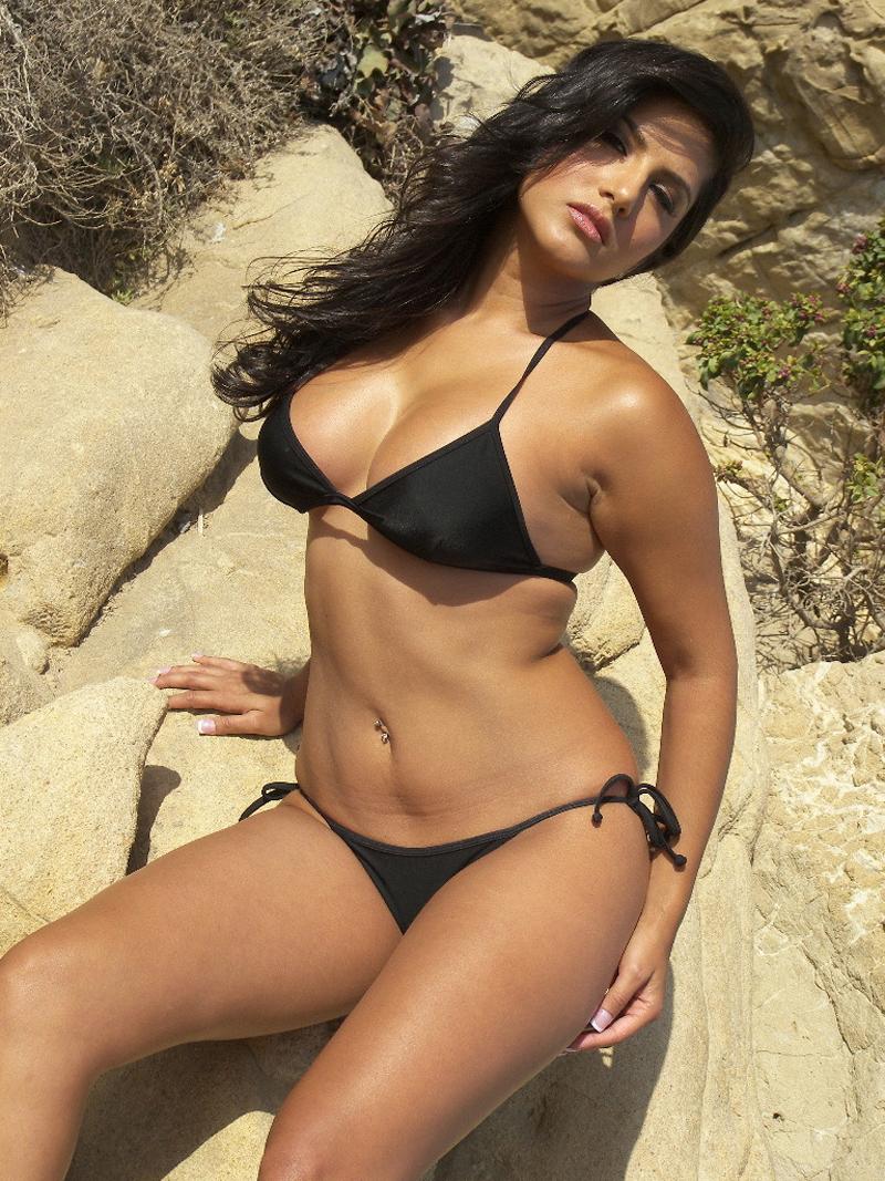 Sexy Sunny Leone Black Bikini Open Big Boobs Picture -1544