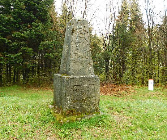 Przełęcz Radoszycka (słow. Laborecky priesmyk, 684 m n.p.m.). Dawny znak graniczny z herbem Królestwa Węgier z 1893 r.