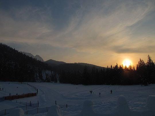 Słońce dotyka horyzontu przed Giewontem.