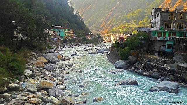 parvati river flowing in manikaran valley