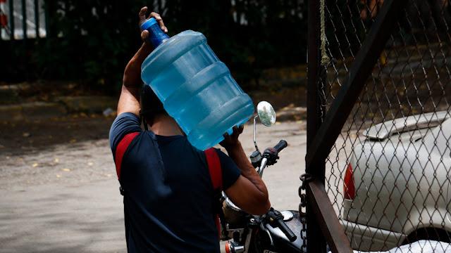 El millonario negocio del agua crece en Caracas a costillas de la escasez
