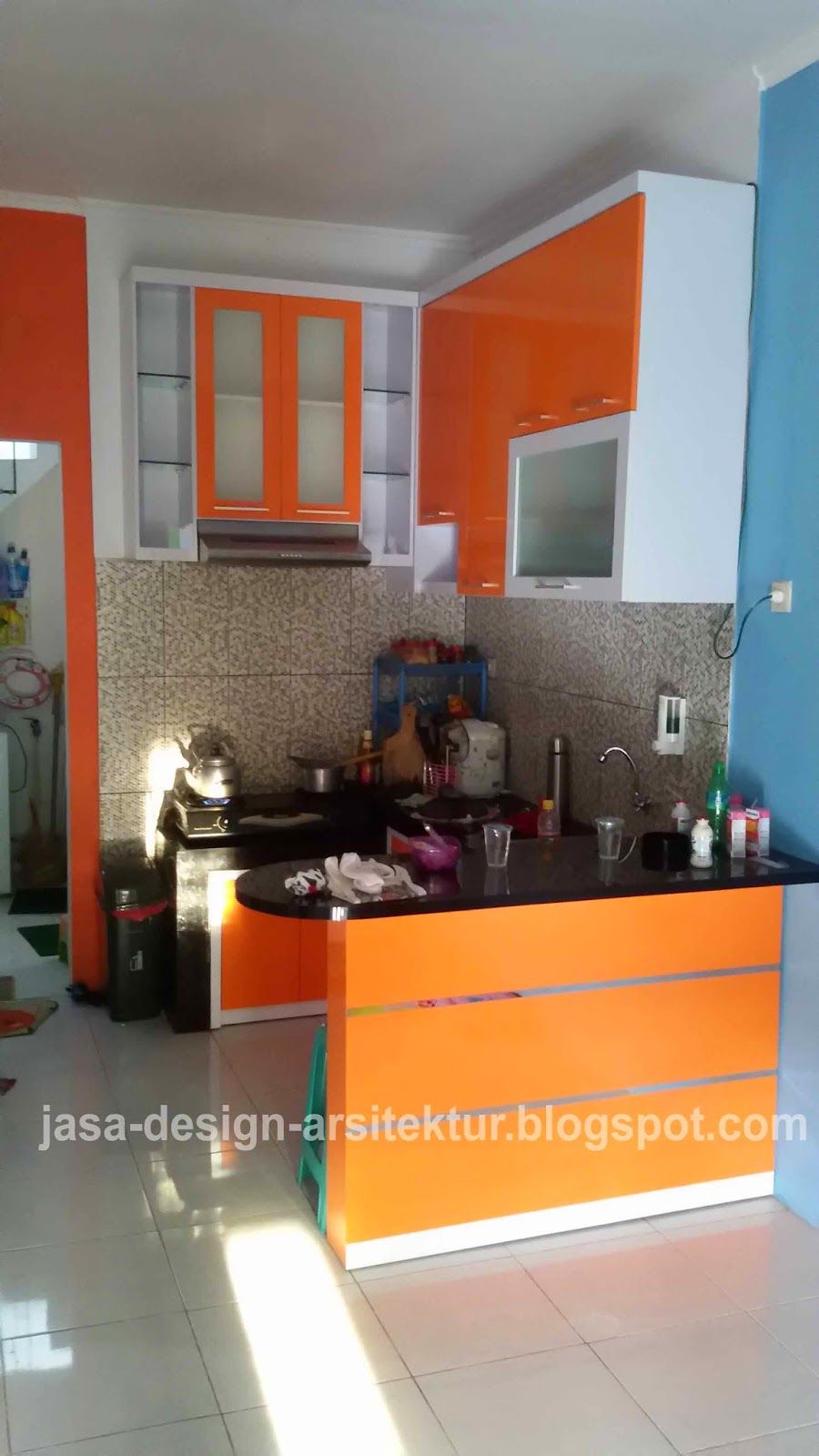 Desain dapur minimalis warna orange