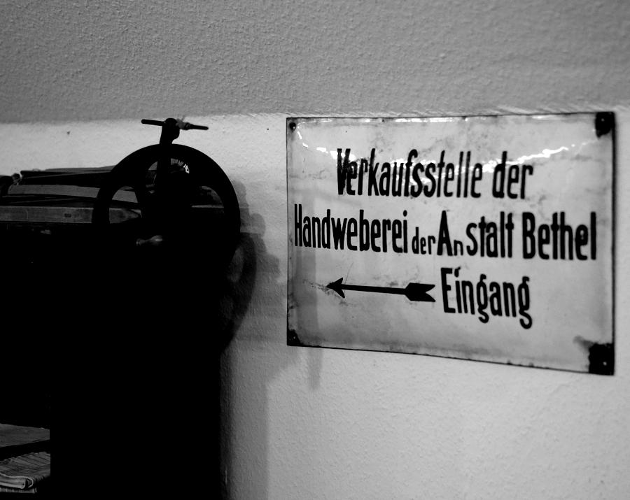 Blog + Fotografie | fim.works | Nachtansichten Bielefeld | Anstalt Bethel | Ausstellung BroSa | Hinweisschild Verkaufsstelle Handweberei