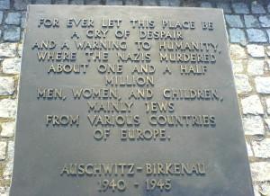 Placa conmemorativa en la entrada de Auschwitz