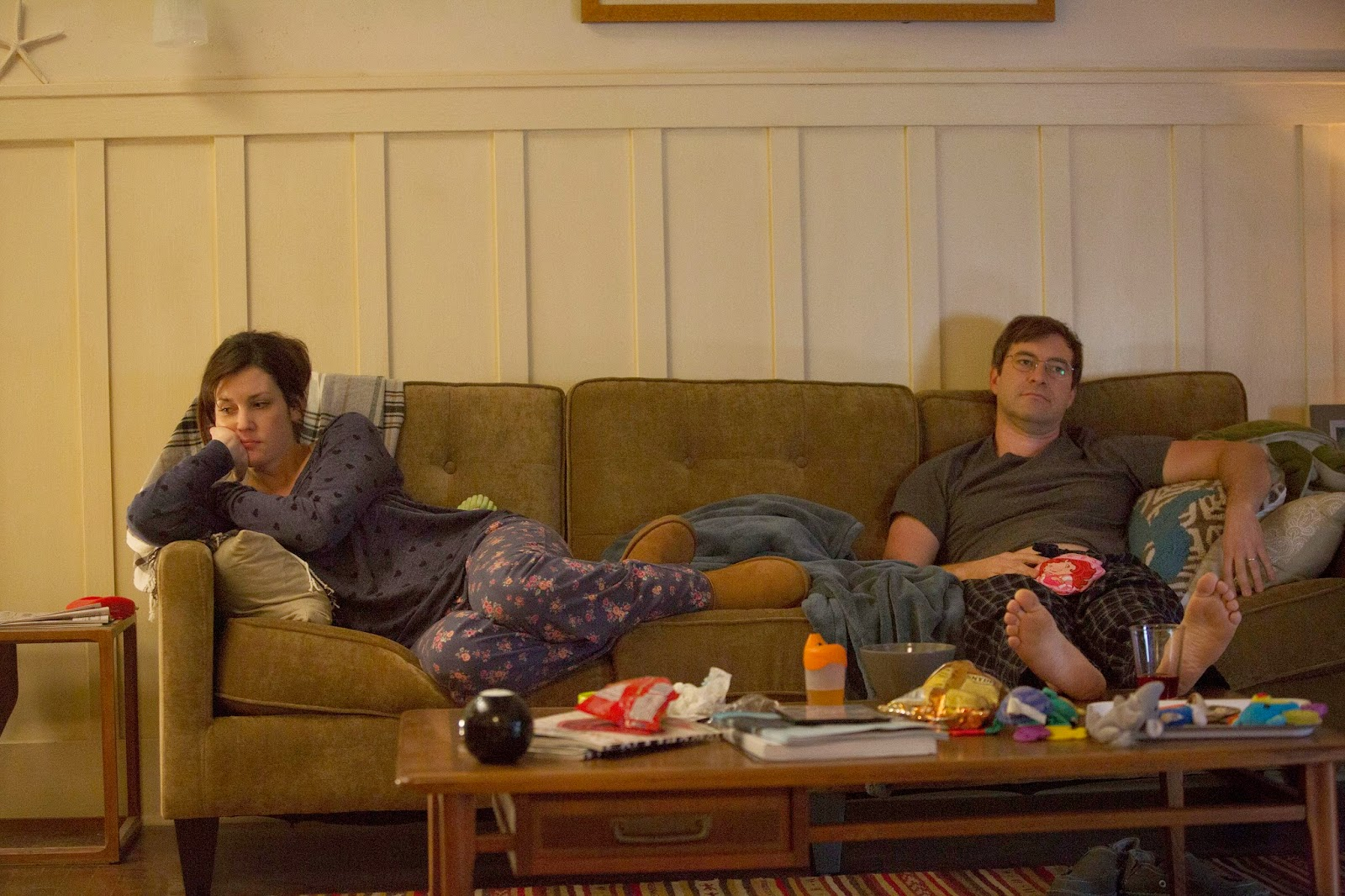 Michelle y Brett, frustrados en el sofá tras una nefasta sesión sexual