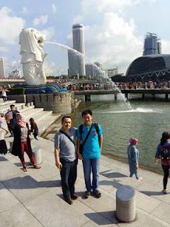 Bambang DC dan putranya di Merlion Park Singapura
