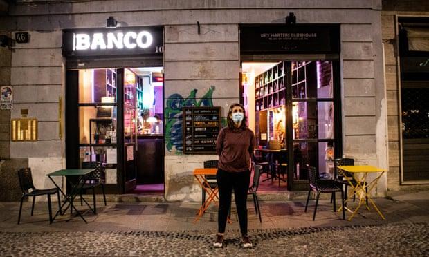 Seorang pemilik bar di Milan memprotes kebijakan pembatasan baru coronavirus.