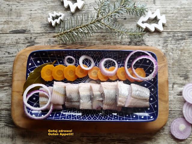 Inlagd still - szwedzkie śledzie marynowane z czerwoną cebulą i marchewką - Czytaj więcej »
