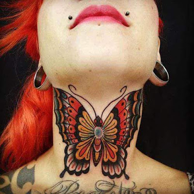 Tatuaje de mariposa a color en el cuello