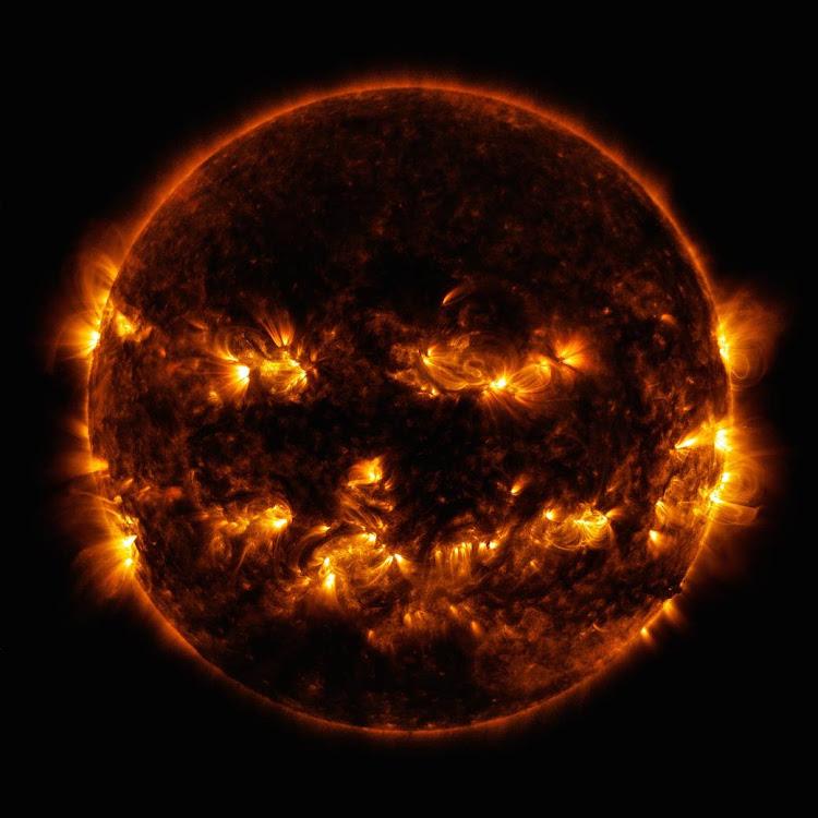 Mặt Trời với khuôn mặt trên quả bí ngô vào ngày Halloween. Hình ảnh: NASA/SDO.