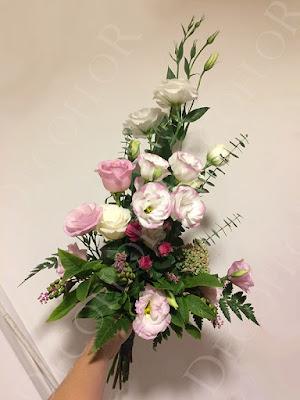 Liziantusz rózsa csokor szülőköszöntő esküvőre