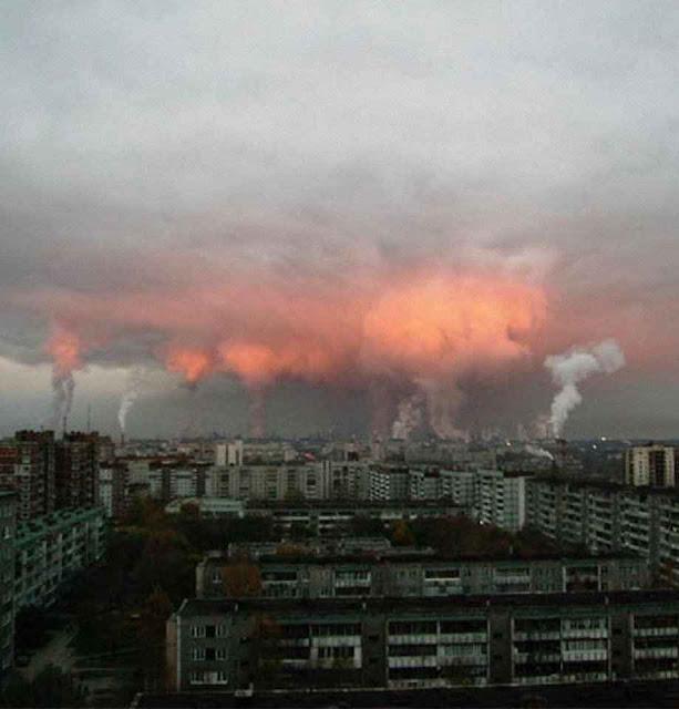 'Chaminés do inferno' como em Norilsk, provocam o enegrecimento da neve. O passado não foi mudado posto o 'atraso' da 'nova URSS' de Putin.