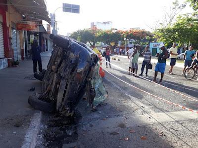 ALAGOINHAS: Motorista perde controle e carro capota na Praça Castro Leal