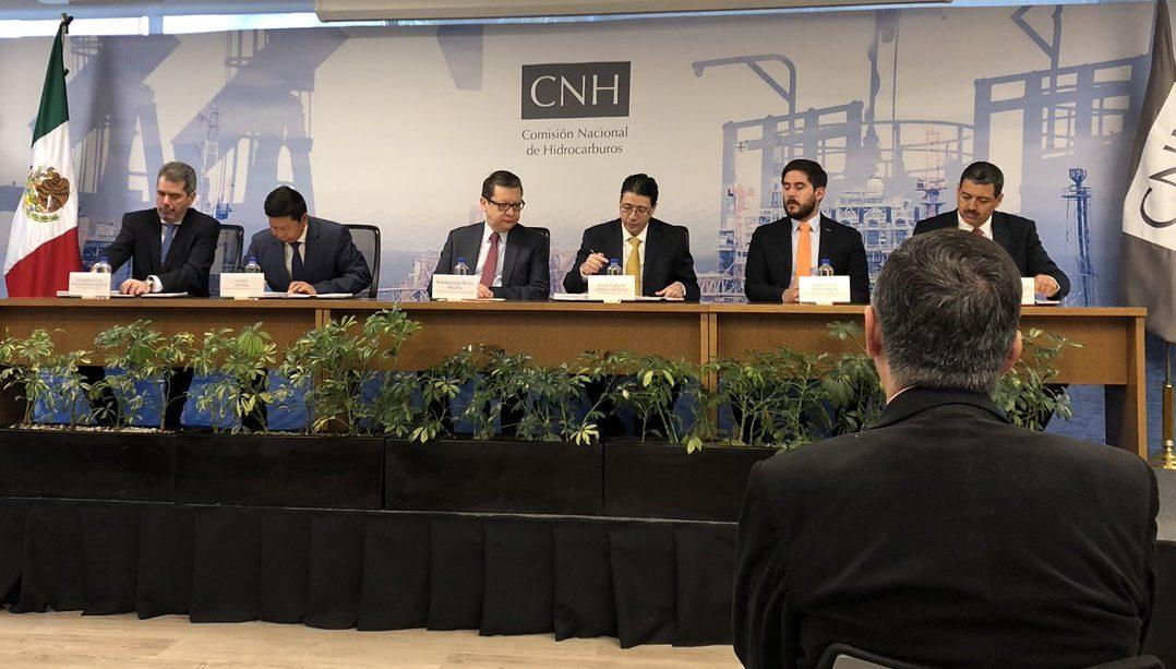 Pemex firma contrato con empresas privadas para la exploración y extracción de hidrocarburos.