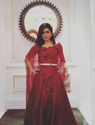 tysa mengenakan gaun merah
