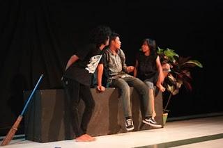 pengertian-drama-dan-teater,perbedaan-teater-dan-drama-musikal,perbedaan-dan-persamaan-teater-dan-drama,jelaskan-perbedaan-istilah-teater-dan-drama,