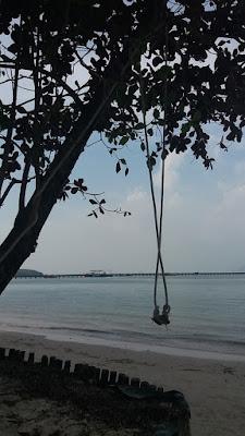 Foto van een schommel aan een boom op het eiland Koh Mook