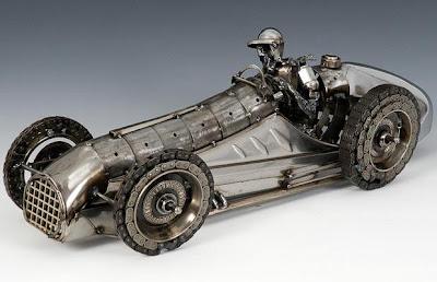 Escultura fantástica con partes de autos.