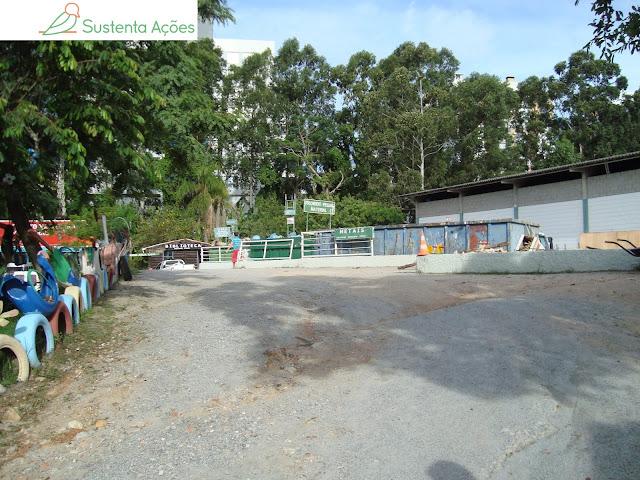 Ecoponto na Comcap para vários tipos de resíduos e a biblioteca ao fundo