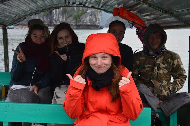 Dream team sur un bateau à la découverte de la baie d'halong maritime