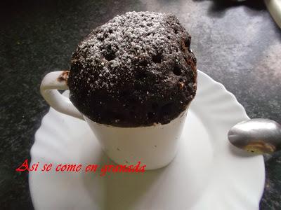 Bizcocho de chocolate a la taza en el microondas