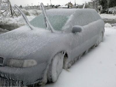 Zugefrorenes Auto im Winter lustig