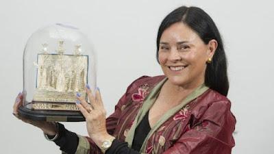 Diana Gabaldon posa con su premio Thistle