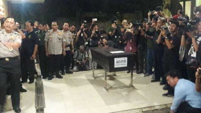 Tetesan Air Mata Ayah Terima Jenazah Jannatun Korban Lion Air