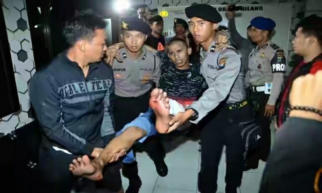 "Indikatormalang.com - Salah satu otak kaburnya para tahanan Mapolres Malang terpaksa dilumpuhkan dengan timah panas.  Nurhadi alias Iblis (27) terpaksa ditembak oleh petugas karena berusaha melarikan diri saat dilakukan penangkapan terhadap dirinya di tempat persembunyiannya, Kamis (20/4/17).  Nurhadi bersama salah seorang temannya Burhanuddin (27) ditangkap di kawasan Taman Tenaga Blimbing Kota Malang.  ""Mereka berencana ke Bali. Beradasarkan pengakuan para tersangka otaknya adalah Nurhadi yang mengajak teman-temanny untuk melarikan diri"" Ungkap AKBP Ade Setiawan Ujung Kapolres Kota Malang.  Disaat yang bersamaan petugas juga berhasil mengamankan kembali pelaku lainnya atas nama Abdul Rohman (28) yang ditangkap di daerah perbatasan Gondanglegi dengan Turen.  Bahkan mereka berencana hendak kabur ke Bali, namun sebelum usaha meloloskan diri mereka berhasil, mereka keburu ditangkap kembali oleh petugas."