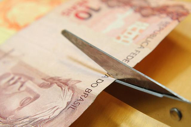 A Câmara dos Deputados aprovou a Medida Provisória (MP) 745 de 2016, que permite o Banco Central (BC) adquirir papel-moeda e moeda metálica fabricadas no exterior, na última quarta-feira (7). Agora a questão passa a ser discutida no Senado. Como ato do Executivo, a MP já está em vigor, devendo ser confirmada pelas duas Casas do Congresso. Críticas