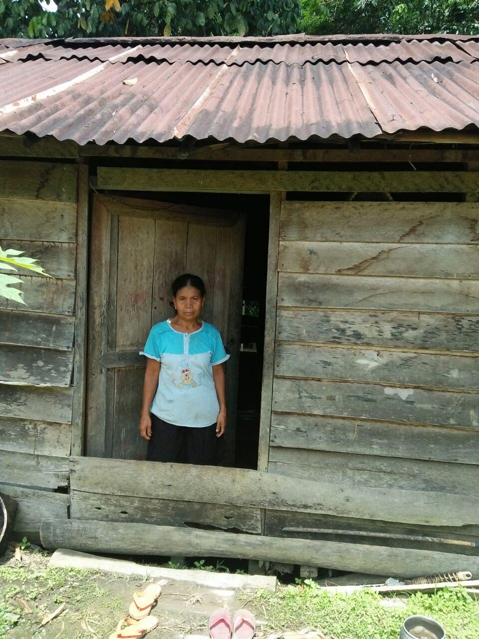 Foto Ibu Kartini yang tinggal sendirian di rumah yang sudah hampir rapuh