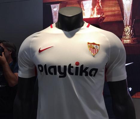 d3122d9fc El nueva camiseta Sevilla FC segunda 2018-2019 presenta una mezcla de  cuerpo rojo fuego y mangas carmesí.