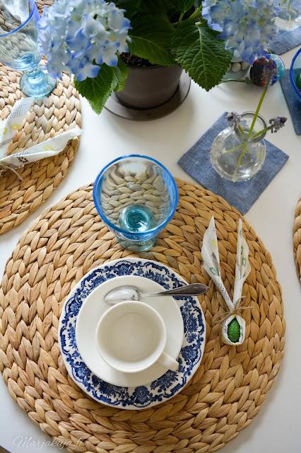 sisustus siniset astiat kesäinen pääsiäinen kevät kattaus astiat