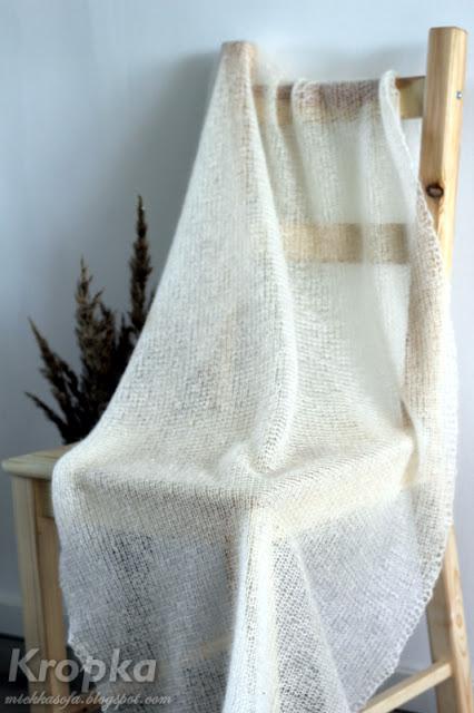 Prosty ślubny szal zrobiony ręcznie na drutach ściegiem francuskim